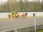 Formula Junior: recupero di un'auto uscita nella curva parabolica al termine della gara